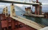 Пришлось сократить мачте корабля: украинское судно прошло ковчег мост